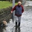 Tempesta Angus, inondazioni in tutta la Gran Bretagna: donna finisce in mare