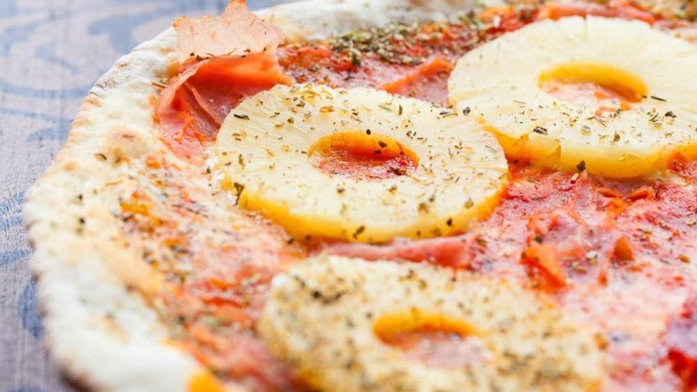 """Vieterei pizza con ananas"": bufera sul presidente islandese"