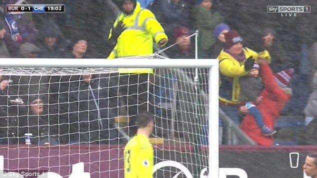 YOUTUBE Tifoso salva bambino da pallonata durante Burnley-Chelsea