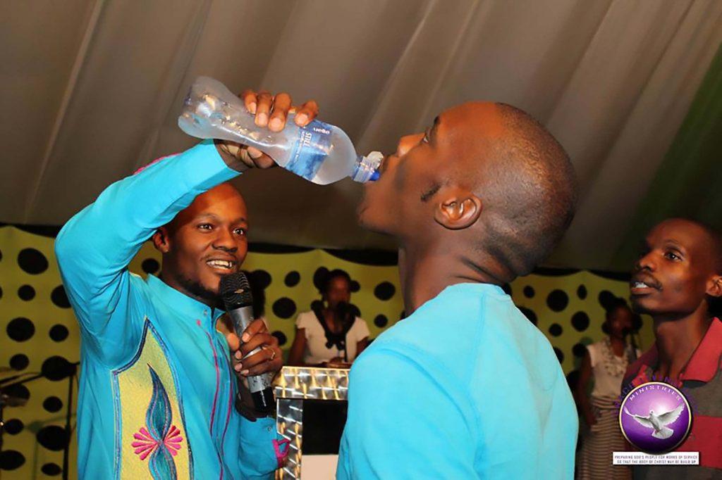 Predicatore sudafricano costringe fedeli a bere veleno per topi5