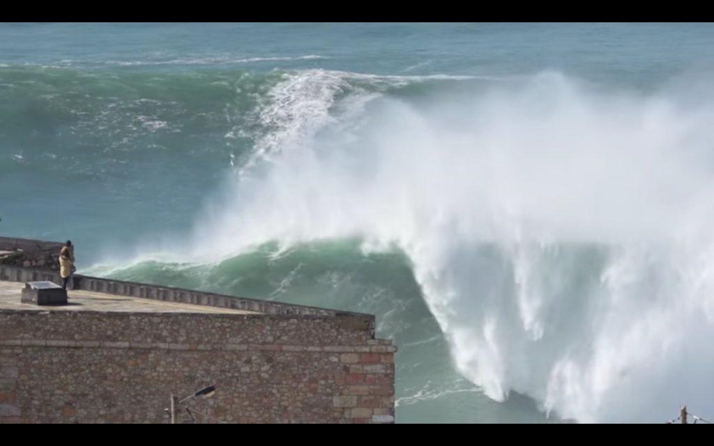 YOUTUBE Surf, Steudtner doma l'onda di Nazaré: che impresa