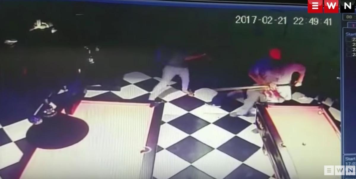 YOUTUBE Rissa al biliardo, giovane colpito con una stecca: è in fin di vita
