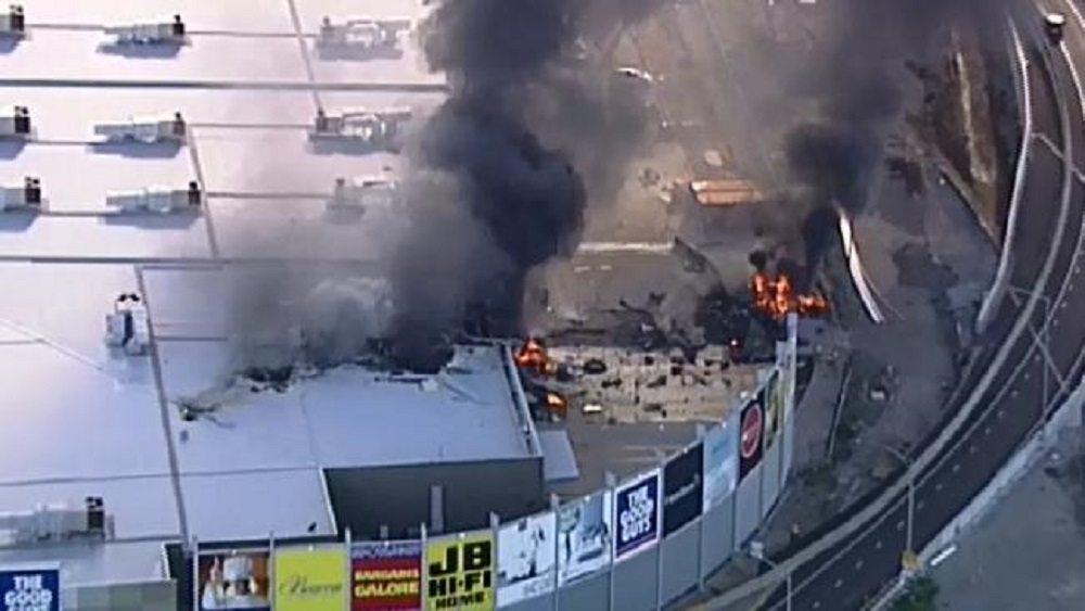 YOUTUBE Melbourne, aereo si schianta su centro commerciale: cinque morti