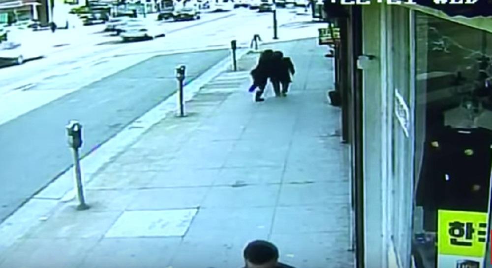 YOUTUBE Los Angeles, vecchia coreana aggredita senza motivo per strada