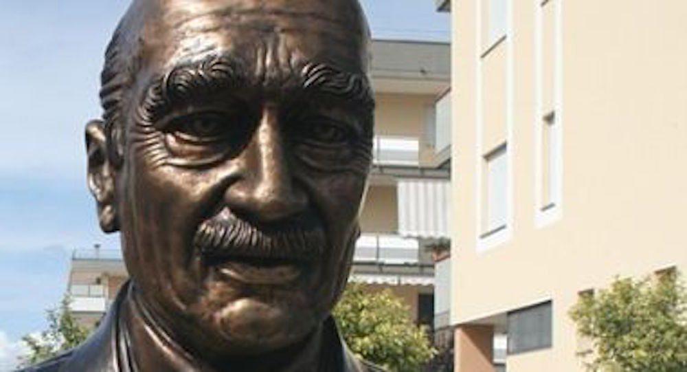 Rimosso il busto di Giorgio Almirante: rivolta contro il sindaco