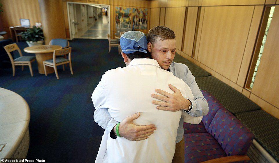 Si sparò col fucile in testa: 10 anni dopo gli trapiantano la faccia. Ora è così.. FOTO02