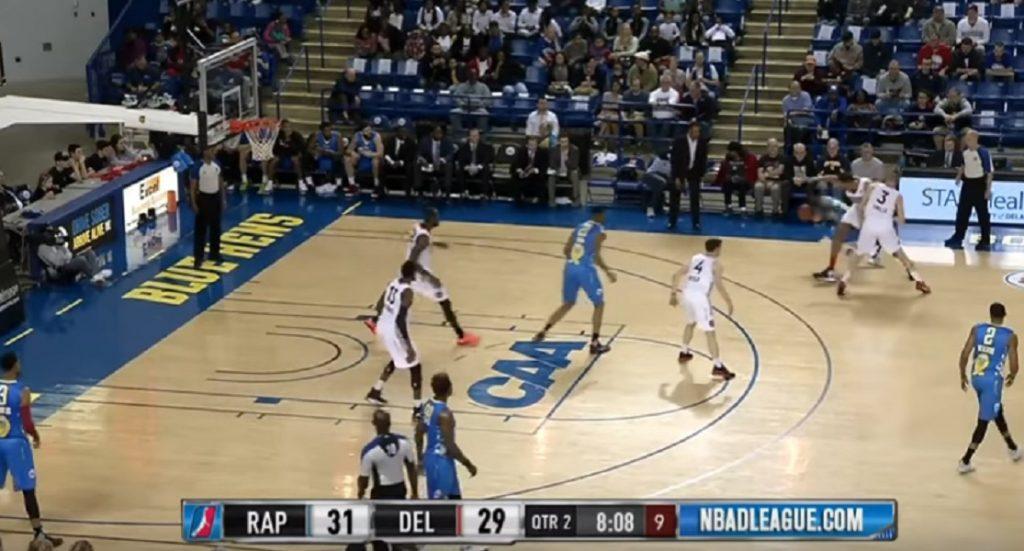 Basket, passa sotto le gambe dell'avversario e fa canestro