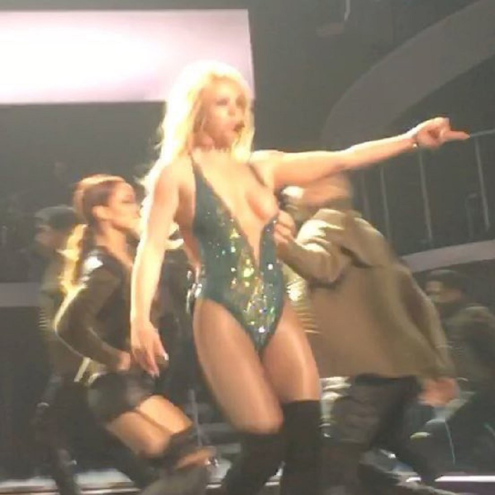 Britney Spears, la tutina va giù sul palco e...