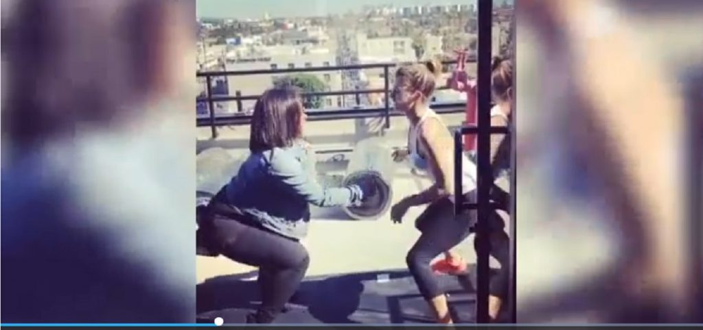 Elisabetta Canalis balla twerking VIDEO: amica Maddalena Corvaglia la prende in giro