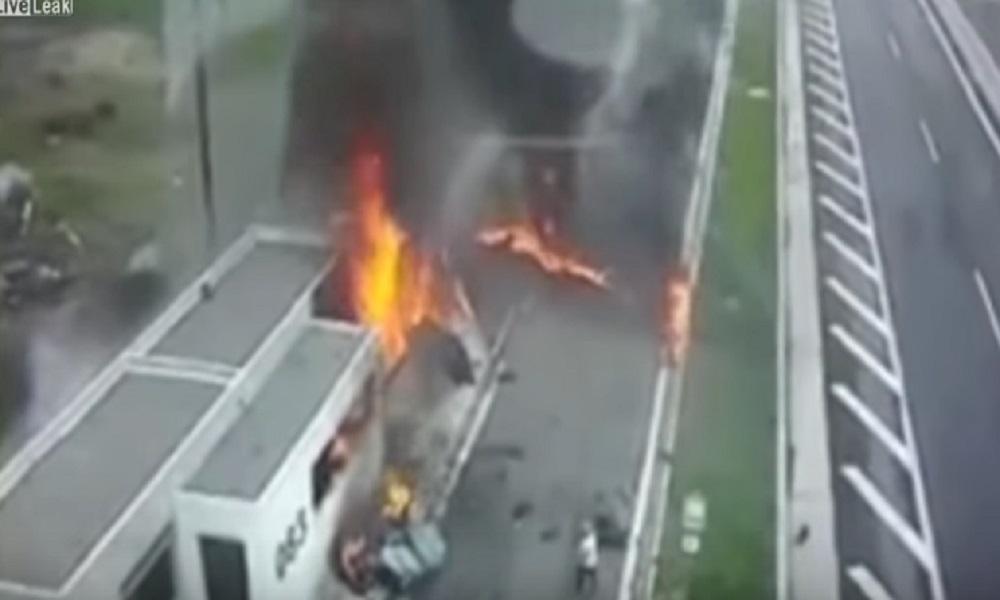 YOUTUBE Grecia, la Porsche a tutta velocità si schianta contro una macchina parcheggiata