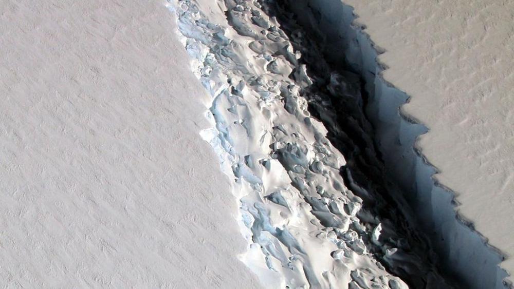 Mega iceberg si stacca dall'Antartide: largo come la Liguria, frattura si allarga