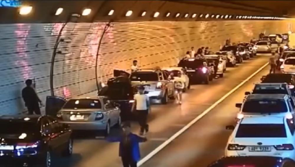 YOUTUBE Incidente in galleria: il senso civico degli automobilisti