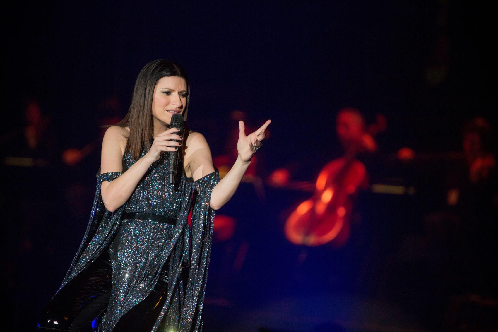 Laura Pausini incinta? La cantante in costume a Miami mostra un pancino sospetto...