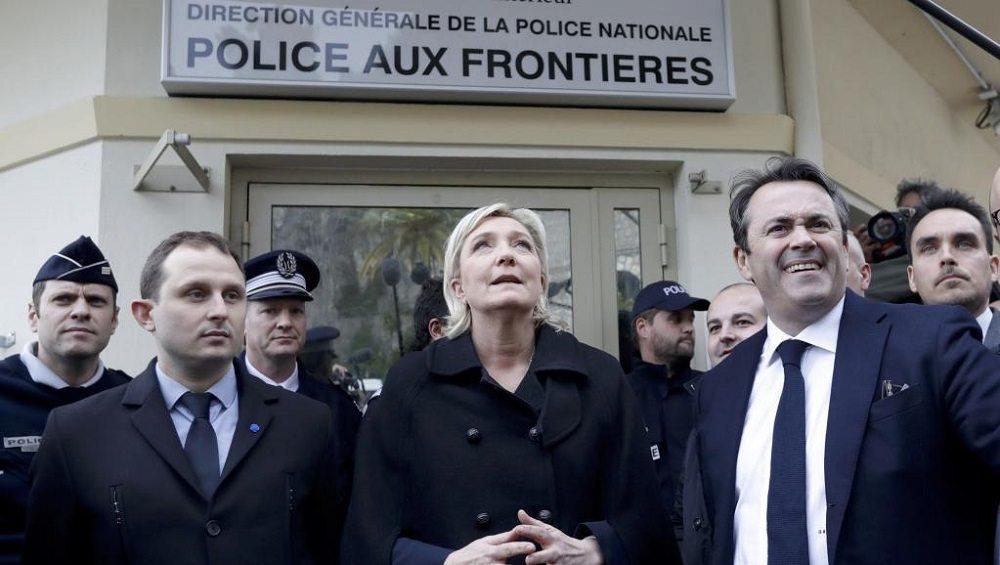 """Marine Le Pen attacca l'Italia a Ventimiglia: """"Non difendete i vostri confini"""""""