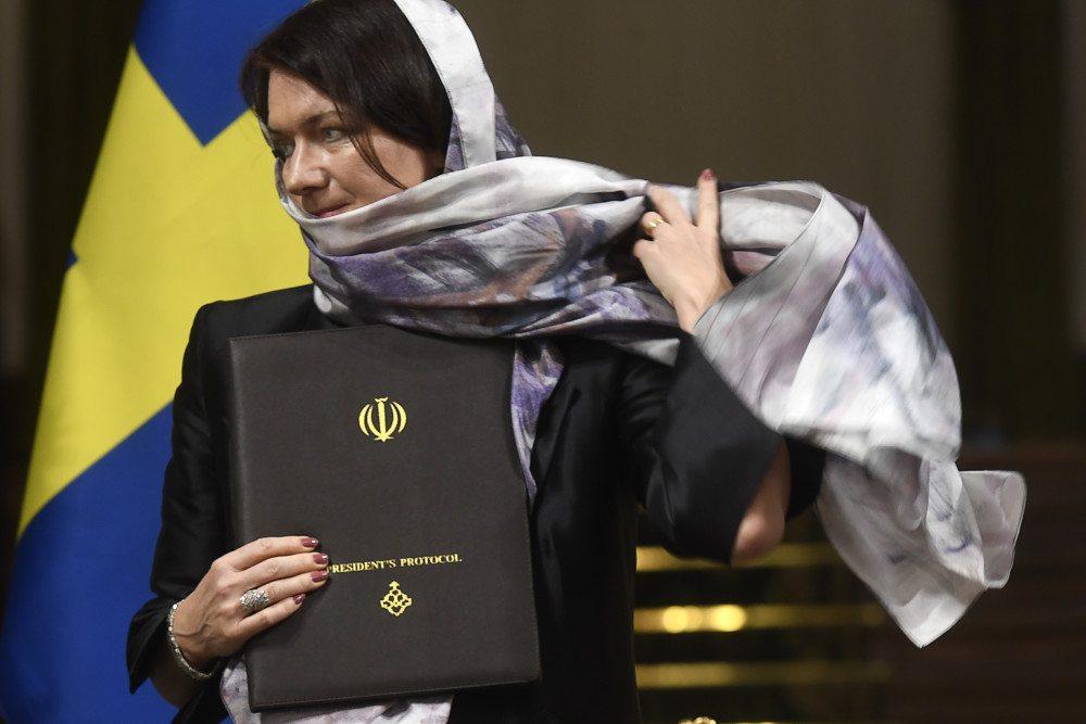 """Svezia: """"femministe"""" al governo contro Trump, ma con il velo in visita a Teheran"""