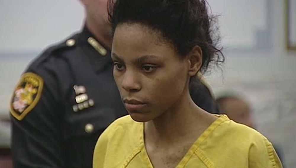 """Decapita la figlia di 3 mesi. Poi le mette coltello in mano: """"Si è uccisa da sola"""""""