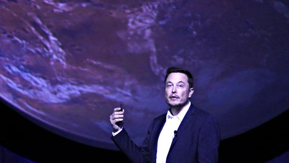 """Space X, Elon Musk annuncia: """"Nel 2018 i primi 2 turisti sulla Luna"""""""