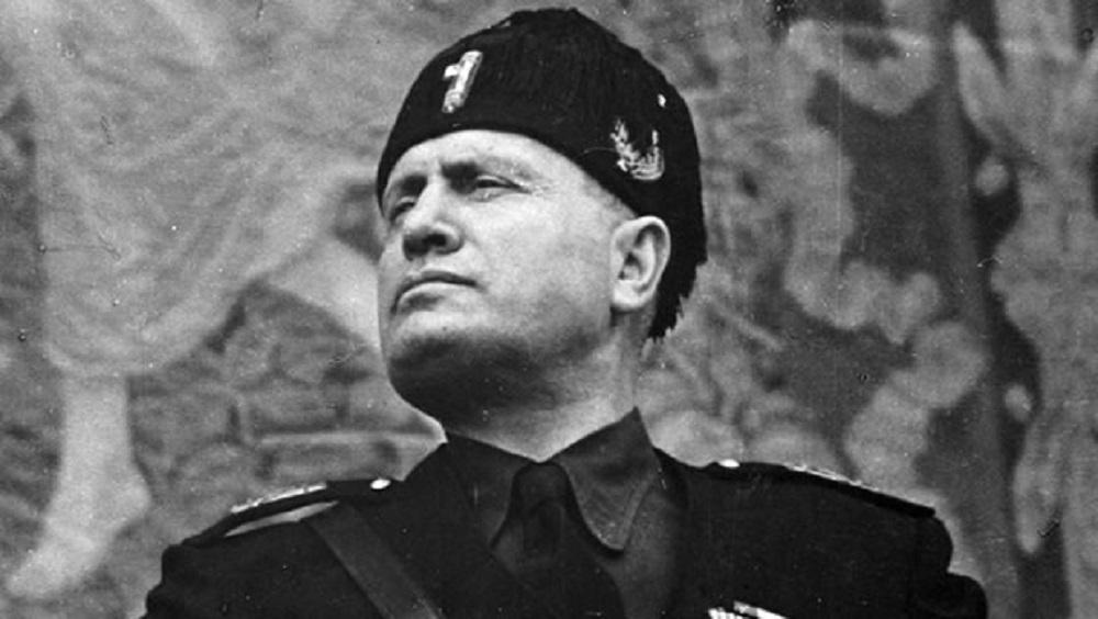 """Benito Mussolini a luci rosse, """"violento insaziabile"""". La biografia di Bosworth"""