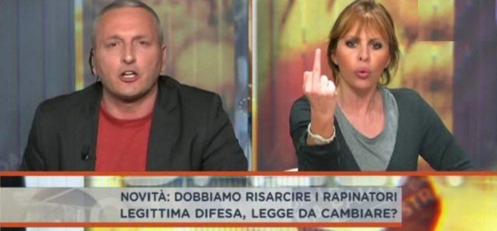 """Daniele Martinelli (M5s) alla Mussolini: """"Se sparo a suo marito?"""". Lei fa dito medio"""