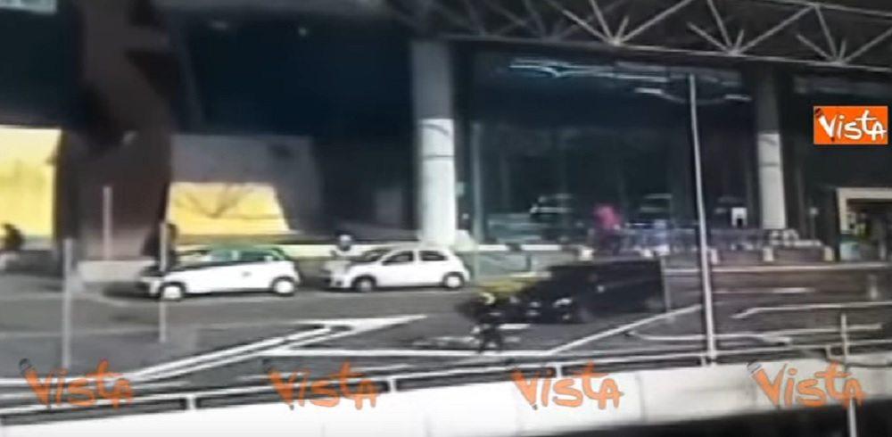 YOUTUBE Ncc investe due vigili all'aeroporto di Fiumicino: il video