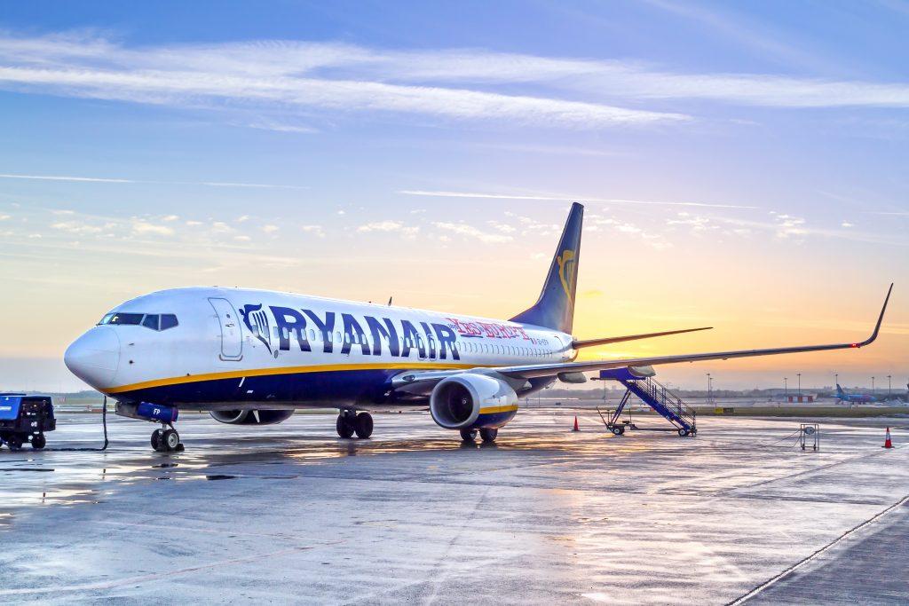 Ryanair offre lavoro in Italia, selezioni per hostess e steward: il calendario