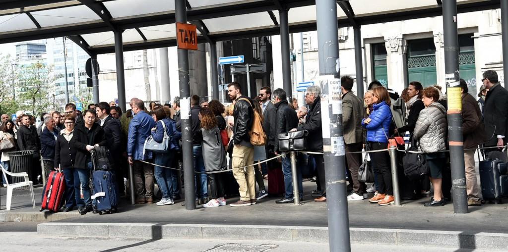 Taxi guerra, a Milano pistola...finta: quinto giorno di sciopero. E intanto Alitalia