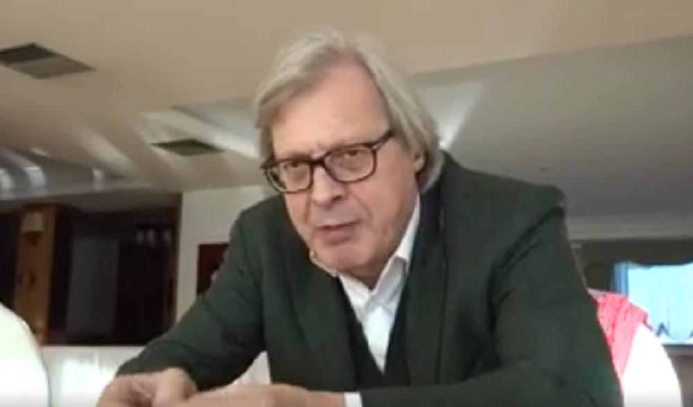 """Vittorio Sgarbi, VIDEO Facebook: """"Raggi onesta, ma non sa un ca..."""""""