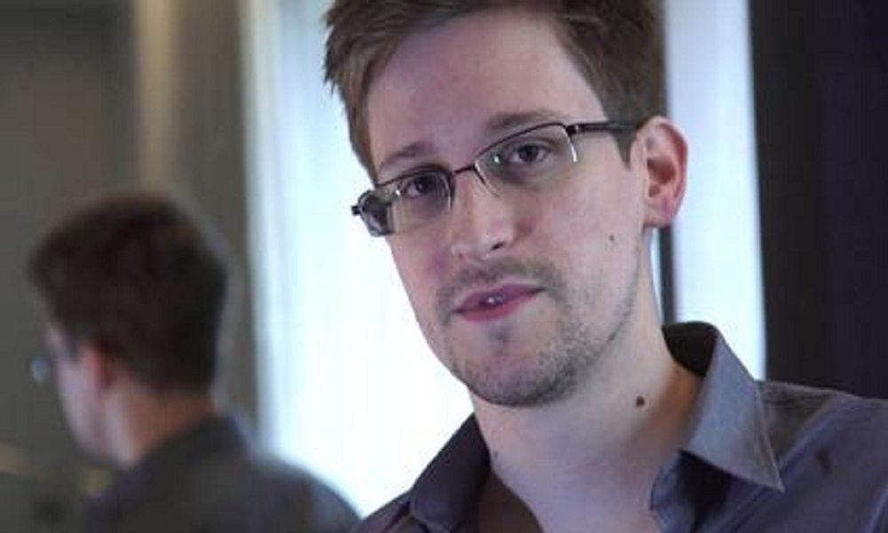 """Putin pronto a consegnare Snowden a Trump. Lui scherza: """"Finalmente"""""""