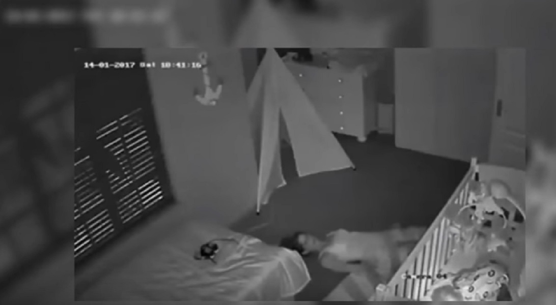 Mamma striscia sul pavimento per uscire dalla stanza mentre figlio dorme