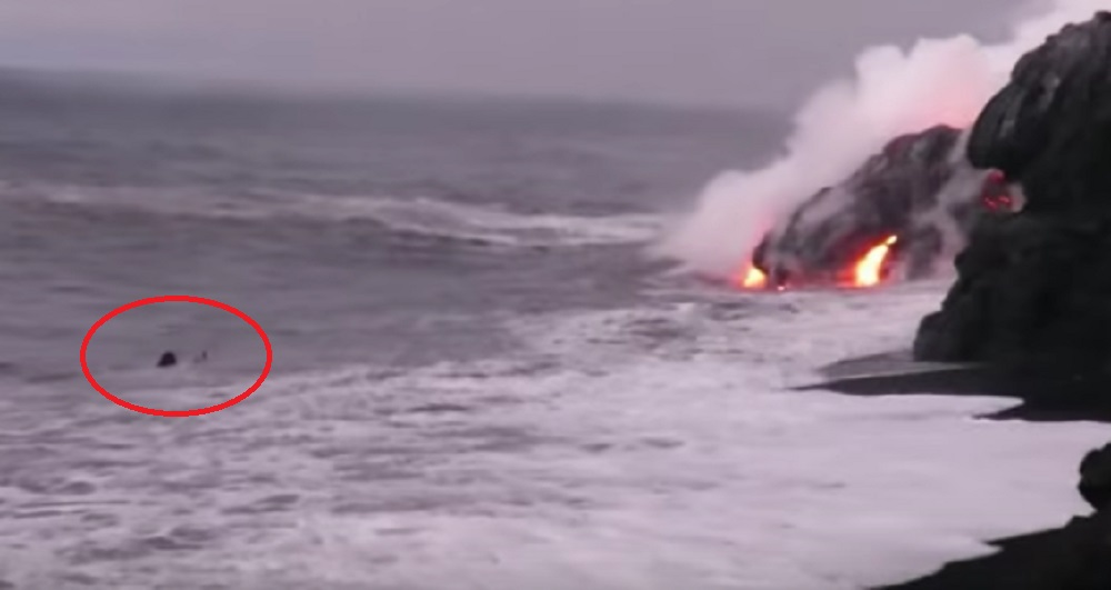 YOUTUBE Surfista vede vulcano che erutta lava in acqua, si avvicina e...