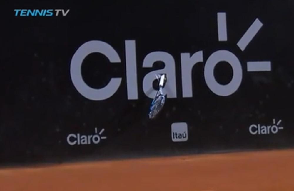 Fabio Fognini lancia la racchetta che si conficca nel cartellone pubblicitario