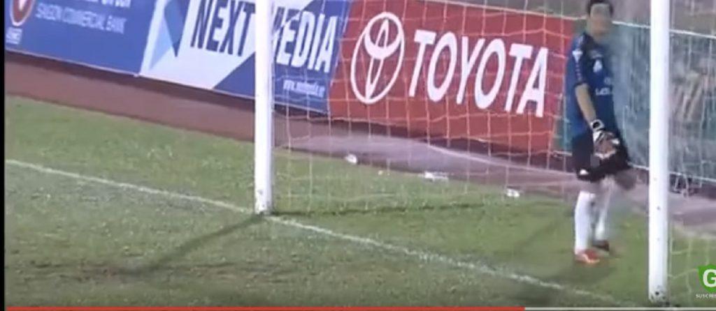 Protesta contro l'arbitro: giocatori fermi in campo, avversari fanno 3 gol