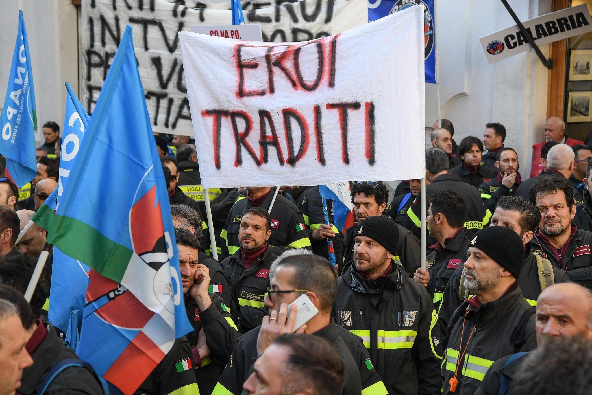 """YOUTUBE Vigili del fuoco, protesta a Montecitorio: """"Ci chiamate eroi, ma i nostri stipendi"""""""