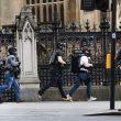 Terrorismo attacca a Londra, auto sulla folla e spari fuori dal Parlamento8