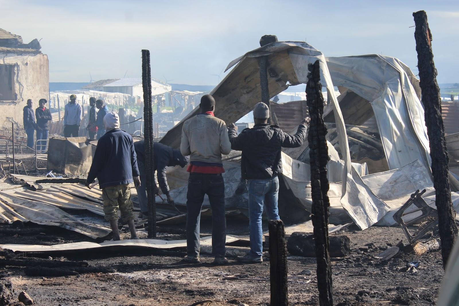 Incendio ghetto migranti: forse l'hanno appiccato loro. Non se ne volevano andare