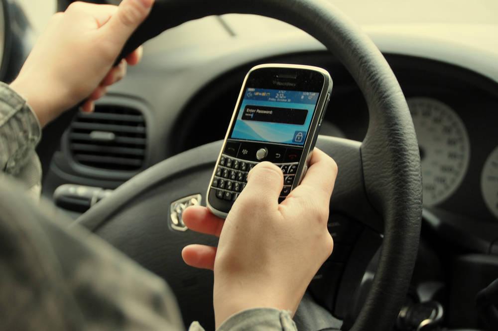 Patente sospesa tre mesi se guidi usando il telefonino. Decreto a maggio