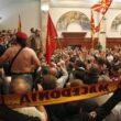 Macedonia, attivisti di destra fanno irruzione in Parlamento: deputati feriti, anche Zaev01