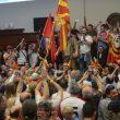 Macedonia, attivisti di destra fanno irruzione in Parlamento: deputati feriti, anche Zaev07