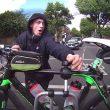 Londra, cerca di rubare bicicletta legata ad auto
