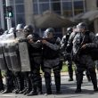 Brasile, folla assalta ministeri. Temer schiera l'esercito03