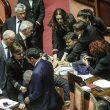 """Rissa in Senato FOTO, ministra Fedeli in infermeria. Pd: """"Spinta dai leghisti"""""""