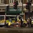 Terrore a London Bridge, duplice attentato: investono e accoltellano15