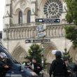 Parigi, uomo con martello e coltelli a Notre Dame
