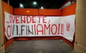 """Vicenza Calcio, duro striscione contro la società: """"O vendete o vi finiamo"""""""