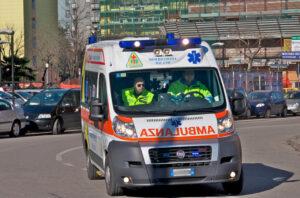 Milano, clochard aggredito in strada e ustionato al volto con acido