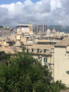 Genova verso i 300 mila abitanti, senza industrie, invasa dai descamisados