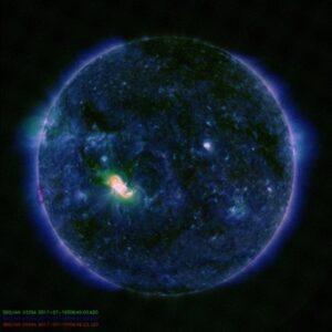 Sole, enorma macchia sulla superficie: è grande quanto Giove FOTO