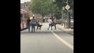 YOUTUBE Amburgo, passanti inseguono il killer col machete e lo prendono a sediate