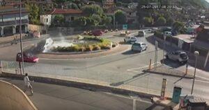 Tappetino le blocca freno, finisce nella fontana dopo aver schivato altre auto