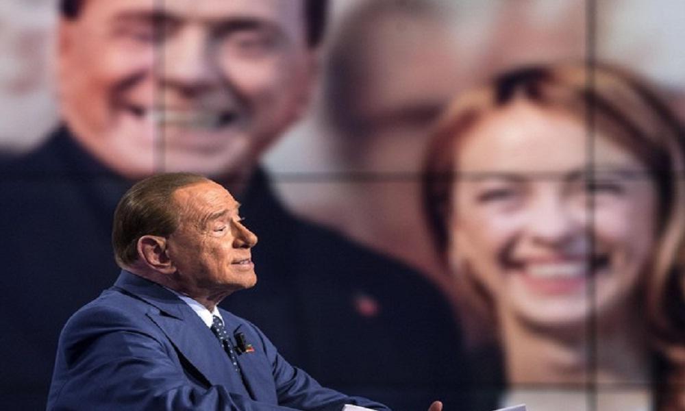 Berlusconi e lo sketch con le stampelle a Porta a Porta saltato all'ultimo